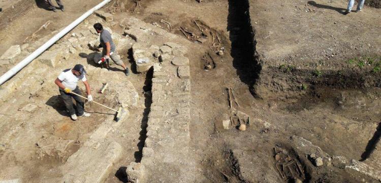 Amasra'daki  kazı alanında bulunan insan iskeletleri 800 yıllık