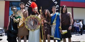 Arkeoloji öğrencilerinden antik çağ defilesi