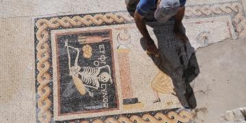 Antakyada Neşeli ol hayatını yaşa yazılı mozaik bulundu
