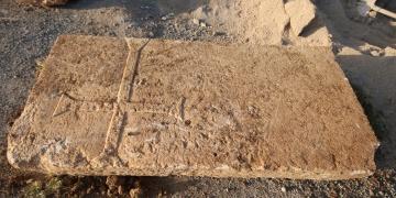 Konyada dere yatağında haç işaretli mezar taşı bulundu
