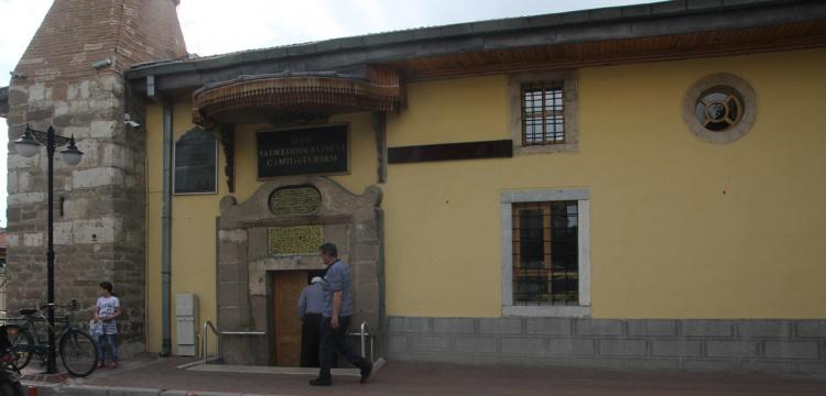 Selçuklulardan kalan caminin girişi kıble tarafından