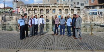 Yozgat Valisi Tarihi Roma Hamamını ve kaplıcaları inceledi.