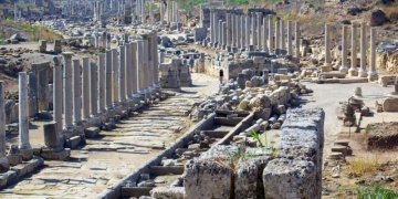 Perge antik kentinde isteyen herkesin bir sütunu olabilecek