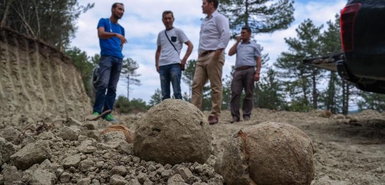 Domaniç'te yüzlerce mancınık güllesi bulundu