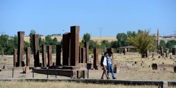 Ahlattaki Selçuklu Mezarlığı çimlendirilecek ve selvilerle donatılacak