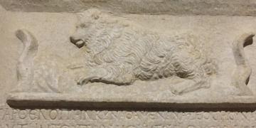 Köpek Parthenopenin mezar taşı