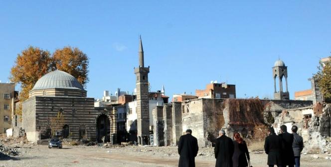 Surda tahrip olan 14 eserin restorasyonu sürüyor