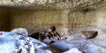 Mısırda 12 Kaya mezarı bulundu