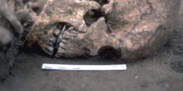 Kesik dilinin yerine taş konmuş iskelet bulundu