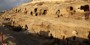 Şanlıurfada tapınak görünümlü kaya mezarı turizme hazır