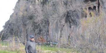 Dalyanda kayıt dışı kaya mezar bulundu