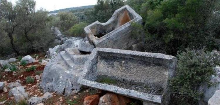 Demre'de SİT alanına atılmış lahitler bulundu