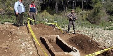 Muğlada içi boşaltılmış tarihi mezar bulundu