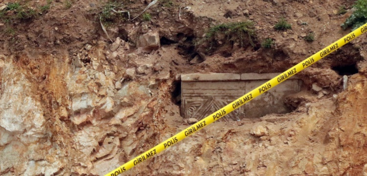 Tuzla'da yol yapılırken tarihi mezar bulundu