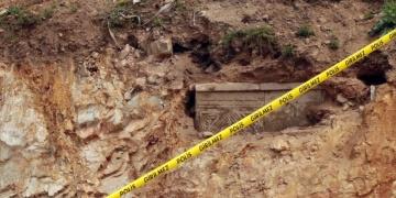 Tuzlada yol yapılırken tarihi mezar bulundu