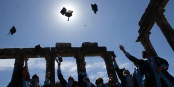 Yeni mezun arkeologlar antik kentte kep fırlattı