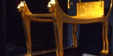 Tutankamunun altın kaplamalı cenaze yatağı taşındı