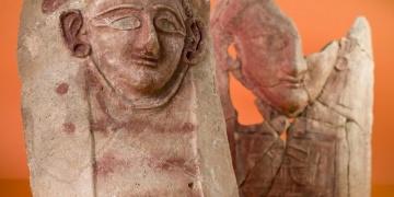 Antik çöplükte 2.4000 yıllık seramik kadın başları bulundu