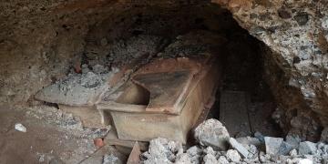Cami inşaatının temel kazısında lahit ve antik küp bulundu