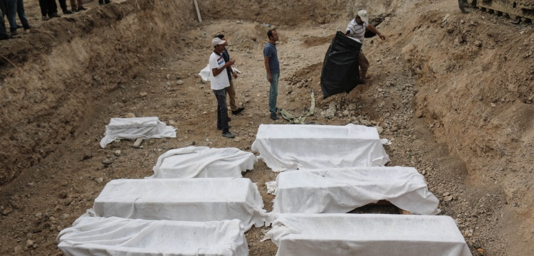 Arsuz'da cami temelinden 8 lahit ve 2 küp çıkarıldı