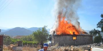 Aksekide 700 yıllık ahşap düğmeli ev yandı