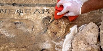Perge Antik Kentinde 1800 Yıllık Mozaik Bulundu