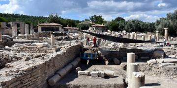 Arkeologlar sıcaklardan çadırla korunuyor