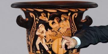 ABD, çalıntı Antik Yunan vazosunu İtalyaya iade etti