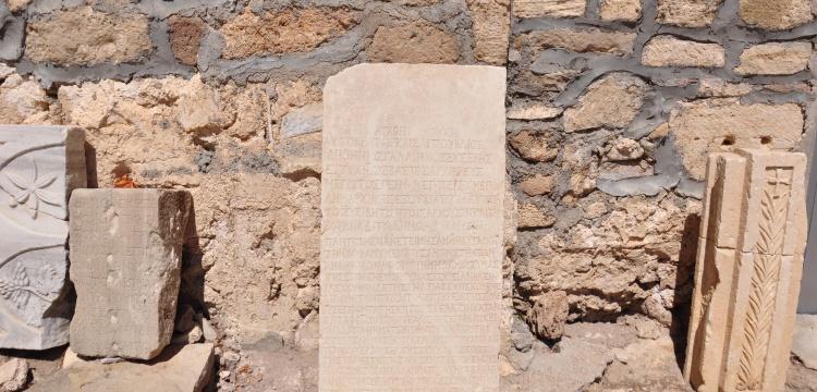 İmparator Gallienus'un mektubu Side Müzesinde replikası cafede