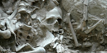 Gökçeadadaki arkeoloji kazısında gizemli mezar çukuru bulundu