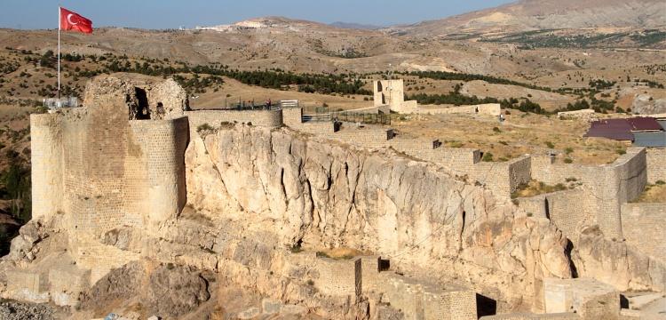 Harput Kalesi surlarında restorasyon sürüyor