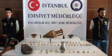 Arkeolog polisler antik eserleri tek tek topladılar