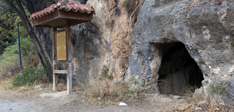 Ula'nın İyon düzenindeki kaya mezarları görülmeye değer