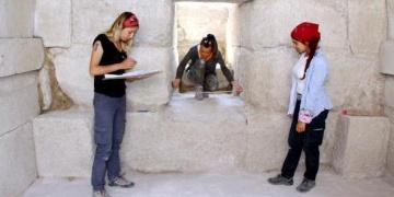 Burdurdaki anıt mezarı depo olarak kullanmışlar