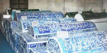Selçuklu Sultanlarının köpeklerden kurtarılan kemikleri gömüldü