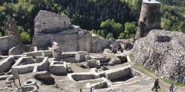 Şavşat Kalesi arkeoloji kazılarının fotoğrafları sergileniyor