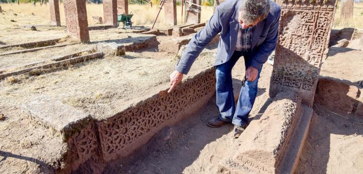 Ahlat Selçuklu mezarlığında yeni mezar ve  sonsuzluk motifleri bulundu