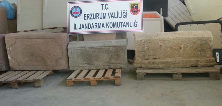 Erzurum'da bir evde 6 tarihi mezar taşı ve lahitler yakalandı