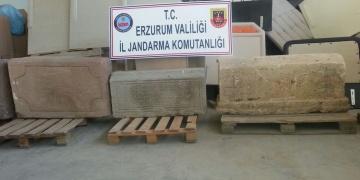 Erzurumda bir evde 6 tarihi mezar taşı ve lahitler yakalandı