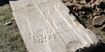Sit alanındaki trafo çalışmasında Bin 400 yıllık lahit kapağı bulundu