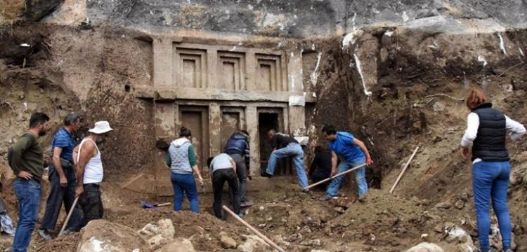 Demre'de ev biçimli 2 bin 400 yıllık kaya mezarı bulundu