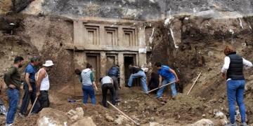 Demrede ev biçimli 2 bin 400 yıllık kaya mezarı bulundu