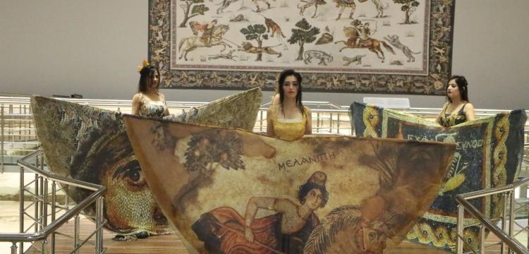 Şanlıurfa'da mozaik desenli kıyafet defilesi