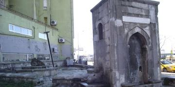 Kadıköydeki tarihi çeşme restorasyon için yıkıldı!