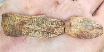 Hırvatistanda 15.000 yıllık kadın figürlü kemik takı bulundu