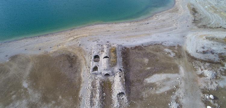 Altınapa Barajının suyu çekildi, Selçuklu hanı ortaya çıktı