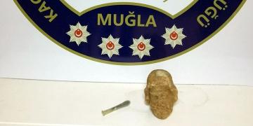 Muğlada heykel başı ve gözyaşı şişesi yakalandı