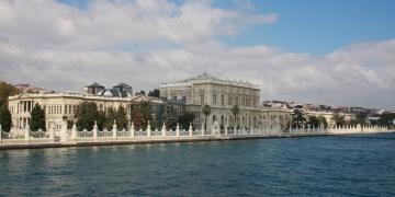 Dolmabahçe Sarayında skandal: Çiniler söküldü badana yapıldı