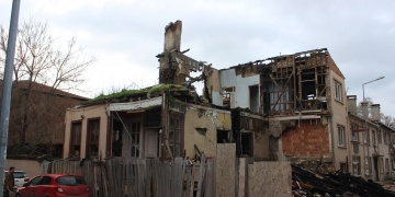 Anıtlar Kurulu kepçeyi yasakladı, binalar elle yıkılıyor
