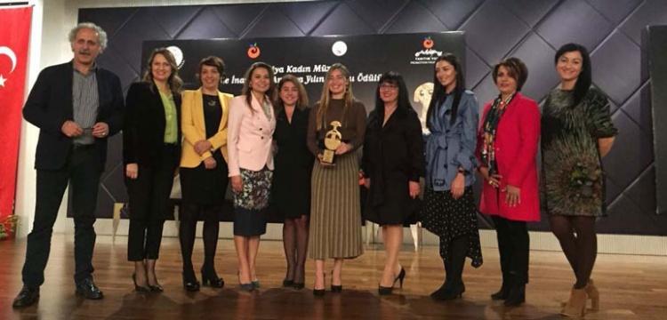 Jale İnan 2017 Yılın Kadını Ödülü Şahika Ercümen'e